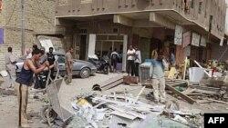 На місці вибуху замінованого автомобіля в Багдаді збираються люди