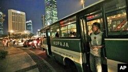Bus tempat pengamen mencari uang di Jakarta. (Foto: Dok)
