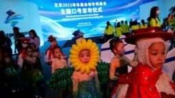 Anak-anak dengan mengenakan berbagai kostum warna-warni ikut tampil dalam upacara pembukaan slogan untuk Olimpiade Musim Dingin Beijing 2022, di Beijing, Cina. (Foto: Reuters)