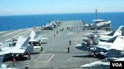 Pesawat-pesawat tempur AS disiagakan di landasan terbang kapal induk USS George Washington, dalam latihan militer Senin 26 Juli 2010.