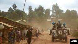 Des soldats de la mission de l'ONU en République démocratique du Congo (MONUSCO) dans un véhicule alors qu'ils patrouillent dans la région de Djugu, dans la province d'Ituri, dans l'est de la RDC, le 13 mars 2020.