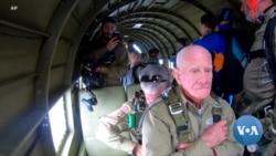 英语视频:97岁老兵在诺曼底登陆纪念仪式开始时在诺曼底上空跳伞