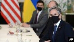El secretario de Estado Antony Blinken espera el inicio de una reunión con el canciller ucraniano Dmytro Kuleba, en Bruselas, el 13 de abril, 2021. Blinken se reunirá con Kuleba la próxima semana.