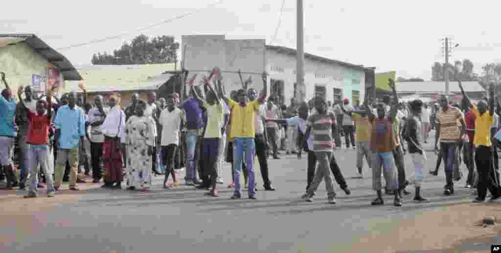 Des partisans de l'opposition, mains levées, protestent dans la capitale Bujumbura, Burundi, lundi 27 avril 2015.