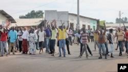 Waandamanaji wa upinzani Bujumbura wakipinga hatua ya Rais Nkurunziza kuwania muhula wa tatu