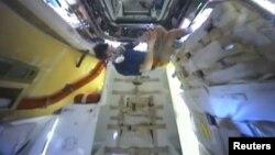 Командир МКС Олег Кононенко исследует капсулу SpaceX Dragon