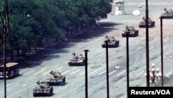 中國軍隊1989年6月5日派出坦克車沿著北京長安街向天安門方向行駛,途中遭到市民阻攔。