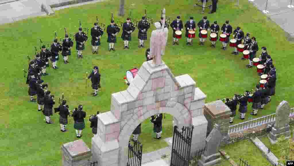 សមាជិកនៃក្រុមតន្រ្តី Kirkwall Pipe Band លេងឧបករណ៍តន្រ្តីរបស់ខ្លួនមុនពេលប្រារព្ធពិធីរំលឹកខួប១០០ឆ្នាំនៃសមរភូមិ Jutland នៅវិហារ St. Magnus Cathedral ក្នុងក្រុង Kirkwall ប្រទេសស្កុតលែន។