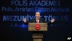 سخنرانی رجب طیب اردوغان رئیس جمهوری ترکیه در دیدار با جمعی از افسران پلیس ترکیه در کاخ ریاست جمهوری در آنکارا - ۶ مهر ۱۳۹۶