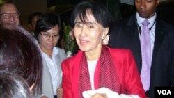 缅甸民主运动领袖昂山素季9月18日来到美国之音华盛顿总部接受专访(美国之音Neeta Maskey-Torrini 拍摄)