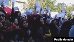 تجمع فعالان زن در برابر مجلس در اعتراض به اسیدپاشی های اصفهان. تهران، ۳۰ مهر ۱۳۹۳