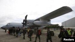 지난 11일 태풍 피해 지역인 타클로반시로 향하는 필리핀 군인들이 C-130 수송기에 오르고 있다.