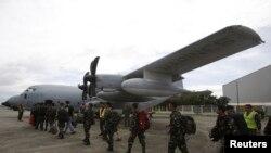 11月11日,菲律宾军人准备出发前往沿海受灾地区。