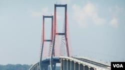 Ambruknya jembatan di Kutai Kartanegara, Kalimantan Timur mengakibatkan kekhawatiran masyarakat akan keamanan jembatan yang lain terutama yang berbentang panjang seperti jembatan Suramadu di Jawa Timur (foto: dok).