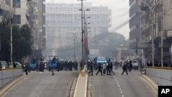 5일 이라크 바그다드에서 벌어진 차량 폭탄테러 현장에 경찰과 주민들이 모여 있다.