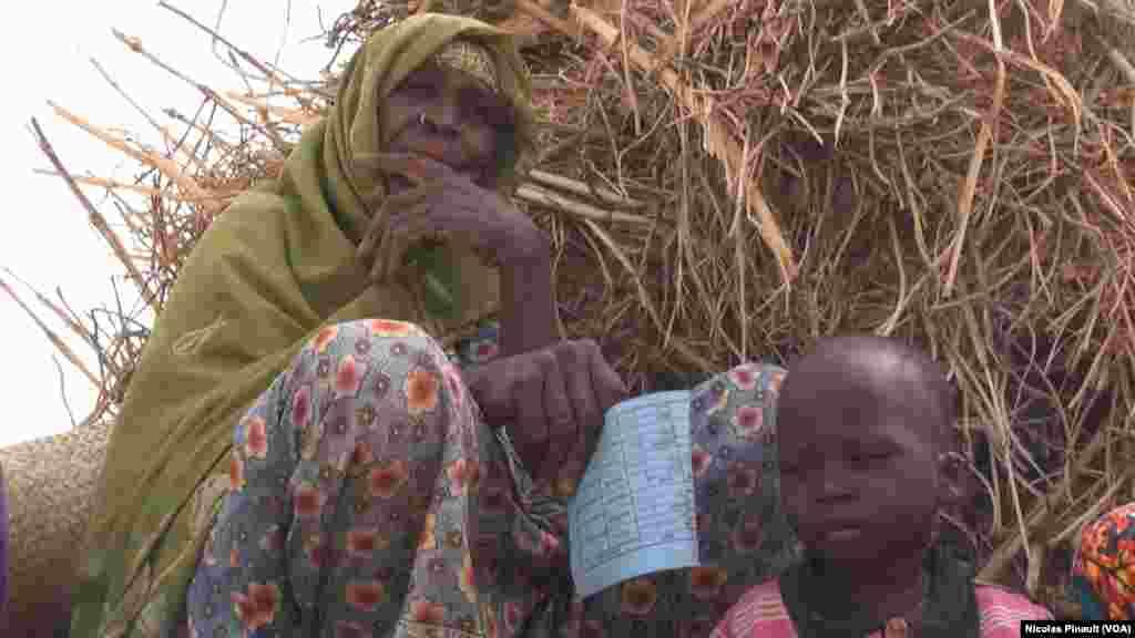 Fana Oumaram et son petit fils Dawale dans le camp de réfugiés d'Assaga, Diffa, Niger, le 18 avril 2017 (VOA/Nicolas Pinault)