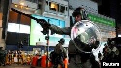 香港防暴警察在港铁铜锣湾站附近站岗。(2019年9月15日)