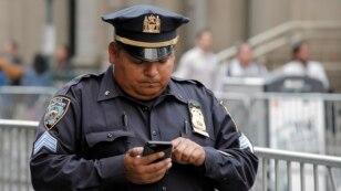 Một cảnh sát New York sử dụng điện thoại di động trong khi làm nhiệm vụ tại Manhattan, ngày 25 tháng 5 năm 2016.