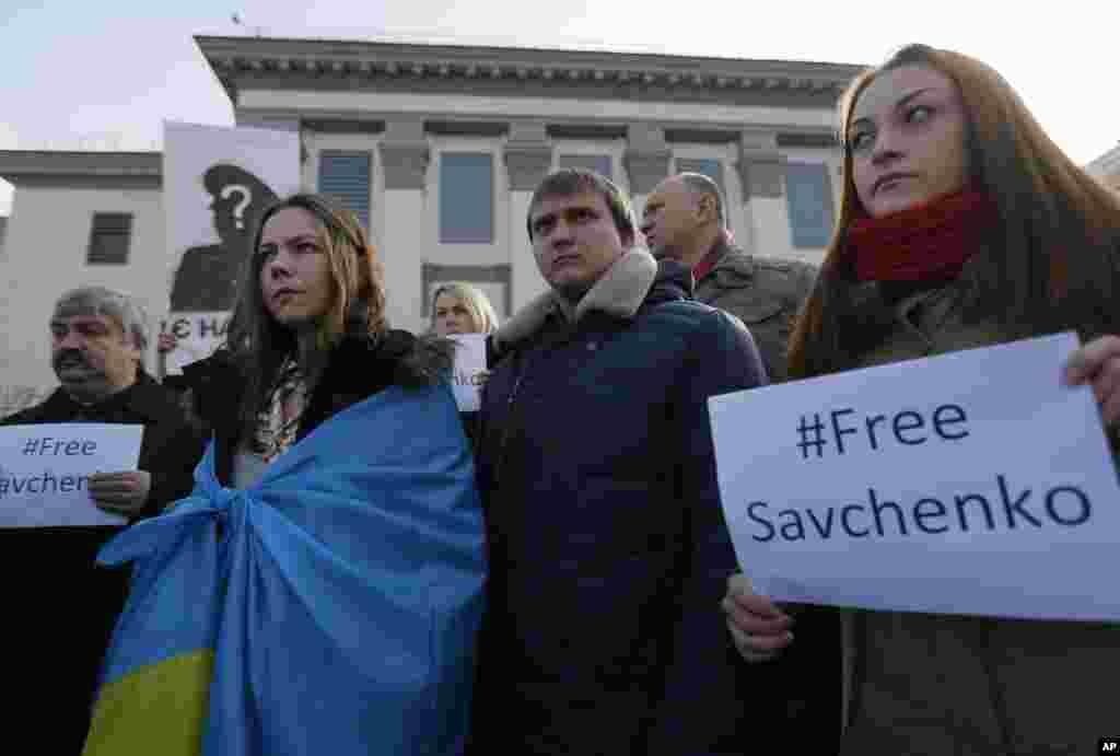 ورا ساوچنکو (چپ) خواهر نادژدا ساوچنکو، يک خلبان اوکراينی که به ظن دست داشتن در مرگ دو خبرنگار روسی در مسکو در زندان بسر میبرد، در تظاهرات اعتراضی در برابر سفارت روسيه در کیيف شرکت میکند - ۵ اسفندماه ۱۳۹۳ (۲۴ فوريه ۲۰۱۵)