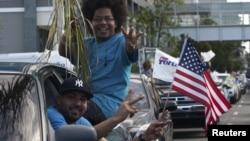 Partidarios de la estadidad celebran su triunfo en San Juan luego de las elecciones.