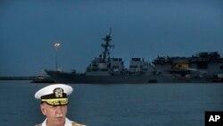 Panglima Armada Pasifik A.S., Scott Swift menjawab pertanyaan saat berlangsungnya konferensi pers dengan latar belakang kapal induk USS John S. McCain dan USS America yang tengah berlabuh di pangkalan angkatan laut Changi, Singapura, 22 Agustus 2017.