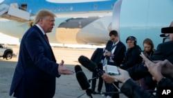 """特朗普在登上""""空军一号""""专机前往芝加哥参加国际警察局长协会大会之前对记者讲话。(2019年10月28日)"""