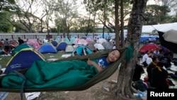 2014年1月14日,一名男子和其他反政府抗议者一道在曼谷中心地段的一处公园露营休息。
