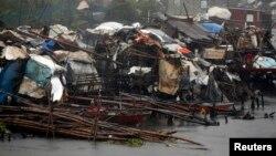 Nhà cửa thị trấn ven biển Bacoor, Cavite, Philippines bị bão Rammasun tàn phá, ngày 16/7/2014.