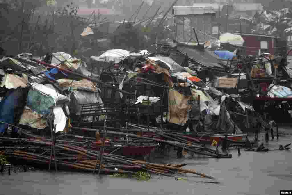 Rumah-rumah kumuh yang rusak akibat Topan Rammasun di kota pesisir Bacoor, Cavite, di barat daya Manila (16/7). (Reuters/Erik De Castro)