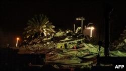 Puing-puing apartemen Champlain South yang diledakkan setelah beberapa hari sebelumnya ambruk, di Surfside, Miami, Florida, 4 Juli 2021.