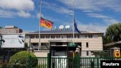 德国驻华大使贺岩(Jan Hecker)离世后,德国驻华大使馆前的德国和欧盟旗帜降半旗。(2021年9月6日)