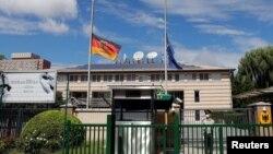 Đại sứ quán Đức tại Bắc Kinh treo cờ rũ hôm 6/9/2021.