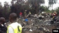 Hiện trường sau tai nạn rớt máy bay tại Charlesville, cách thủ đô Monrovia của Liberia 45 kilômét về phía đông nam.