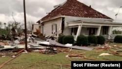 Sebuah rumah yang rusak dan puing-puing berserakan akibat hantaman tornado di Beauregard, Alabama, 3 Maret 2019.