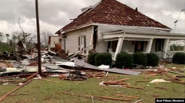 Escombros y una casa dañada tras el paso de un tornado en Beauregard, Alabama, EE.UU., el domingo, 3 de marzo de 2019.