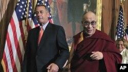 워싱턴 의회에서 기자회견을 마치고 공화당 소속의 존 베이너 하원의장과 손을 잡고 걸어나가고 있는 달라이 라마