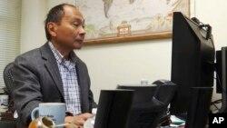 Frensis Fukujama u svojoj kancelariji na Univerzitetu Stenford, u Kaliforniji, 15. oktobra prošle godine (Foto: AP/Haven Daley)