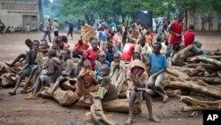 Un groupe d'enfants réfugiés burundais assis sur un tas de bois, dans le camp de réfugiés de Gashora dans le district de Bugesera, au Rwanda, 21 avril 2015. (AP Photo / Edmund Kagire)
