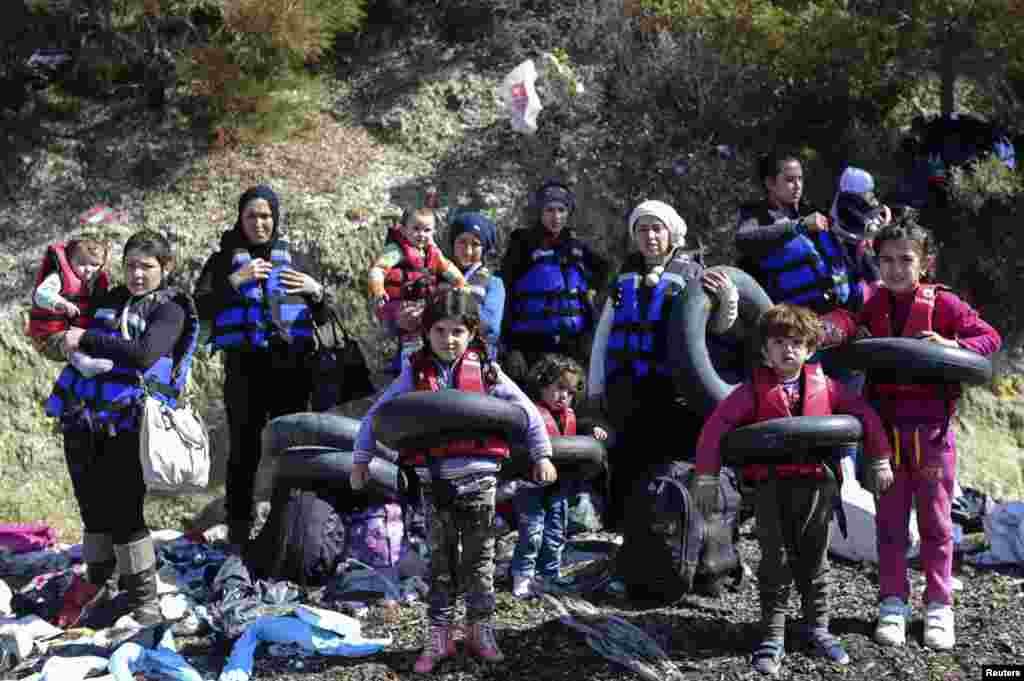 ជនទេសន្តរប្រវេសន៍ស៊ីរីពាក់អាវពោង និងកាន់ពោងកង់ឡាន មុនពេលឡើងជិះលើទូកដើម្បីឆ្លងកាត់ទន្លេ Aegean ចេញពីឆ្នេរ Ayvacik នៅក្នុងក្រុង Canakkale ប្រទេសតួកគី ទៅកាន់កោះ Lesbos របស់ប្រទេសក្រិក។