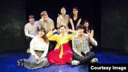 28일 연극 '북으로부터 온 편지' 마지막 공연이 끝나고, 한국예술종합학교 연극과 학생들로 구성된 배우들이 기념사진을 찍고 있다.