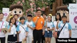지난달 27일 서울 종로구 세종로광장에서 개장한 '통일상상놀이터'에서 통일부 어린이 기자단이 홍용표 통일부 장관과 함께 기념사진 촬영을 하고 있다.