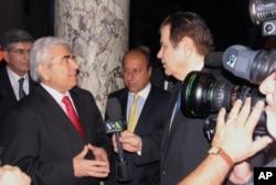 Ο Πρόεδρος Χριστόφιας μιλά με τον Γ. Μπίστη.