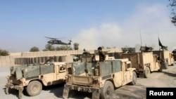 NATO 헬리콥터가 4일 낭가하르주에서 테러 공격을 받은 현장을 순찰하고 있다.