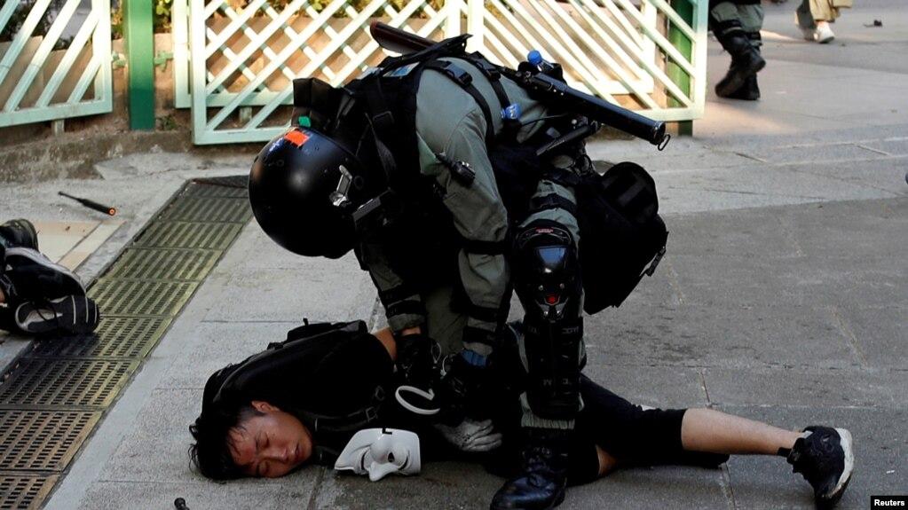 El gobierno de Hong Kong dijo en un comunicado que la policía había respondido a actos vandálicos y cortes de tráfico, lo que había incluido manifestantes que lanzaban objetos pesados a la calle.