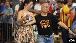 有大叔與大媽團成員旺角街頭共舞。(美國之音湯惠芸)