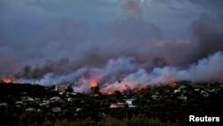 希臘雅典附近的拉斐那鎮面臨迅速蔓延的山火