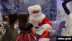 聖誕老人和失聰兒童打手語