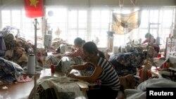 Công nhân làm việc tại một nhà máy sản xuất chăn mền, gối và đệm ở ngoại ô Hà Nội, ngày 27 tháng 1, 2015.