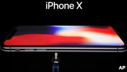 Apple şirkətinin İcraçı Rəhbəri Tim Kuk yeni iPhone X modelini təqdim edərkən.