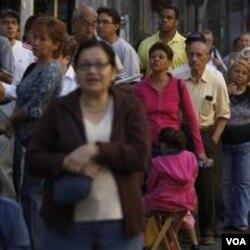 Warga mengantri di depan sebuah TPS di Caracas untuk menyalurkan suara dalam pemilihan anggota parlemen kemarin.